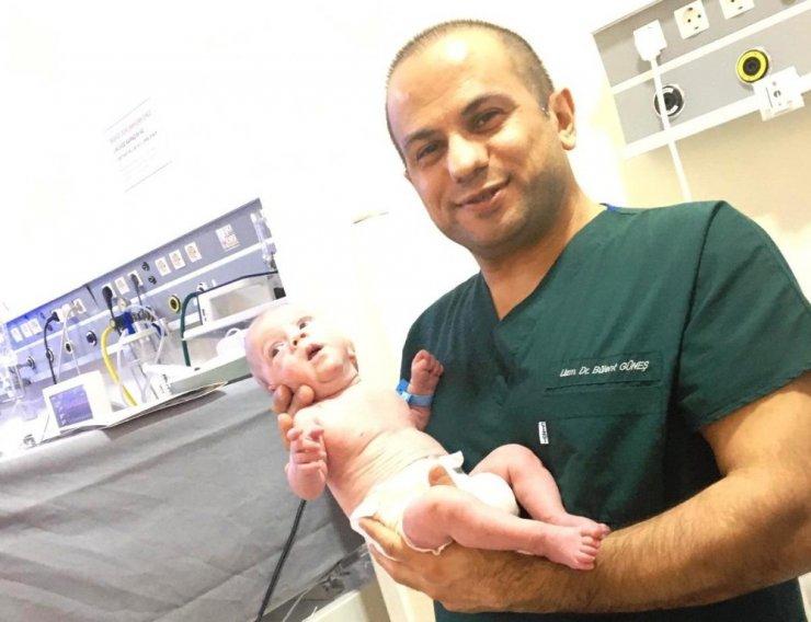 Parmak bebek' yaşam mücadelesini kazandı